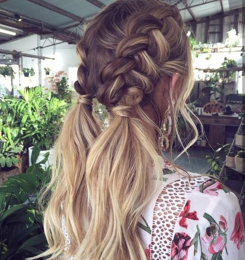 Hairstyles and makeup style you can use on the beach