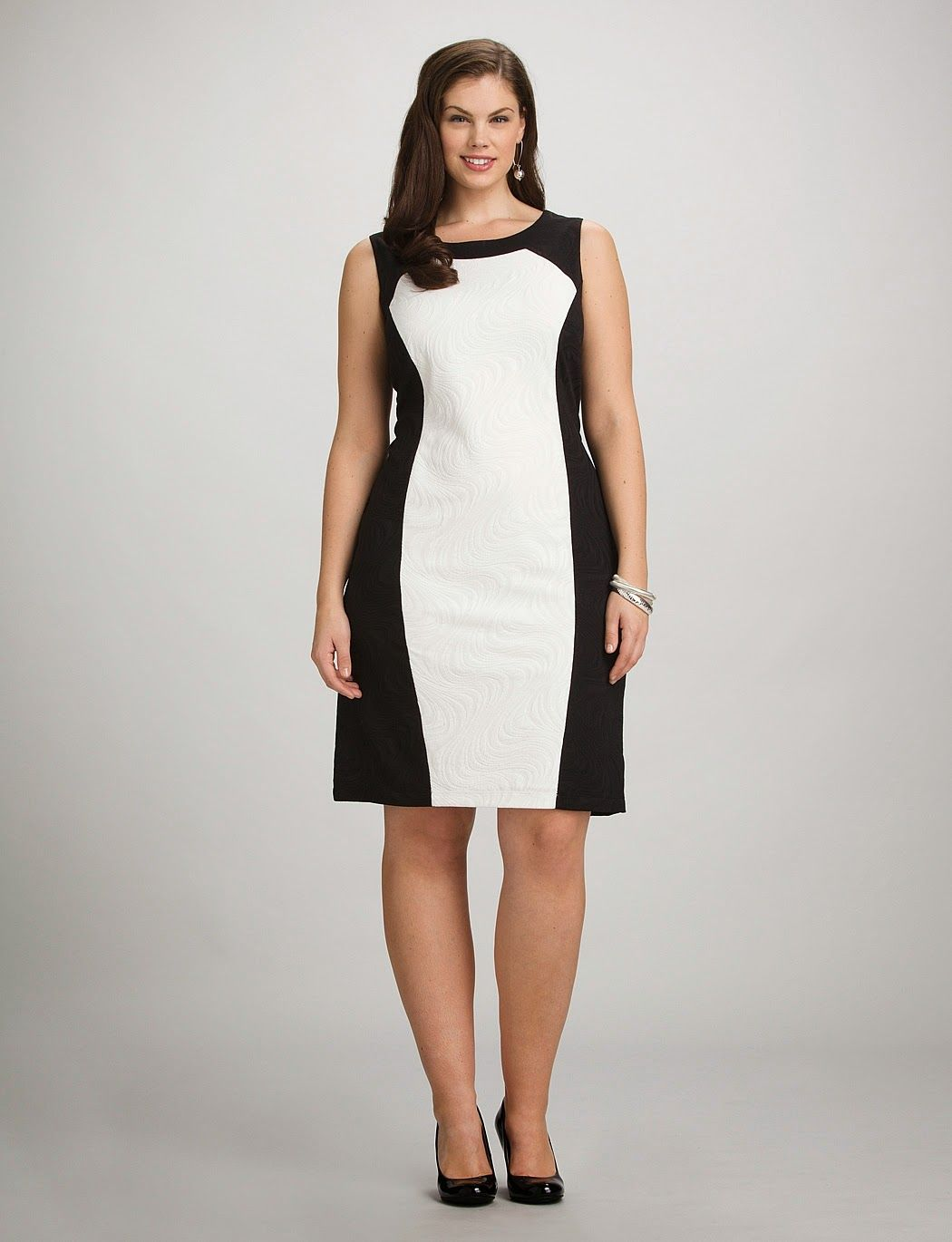 Wear black and white dresses to make your waist look smaller