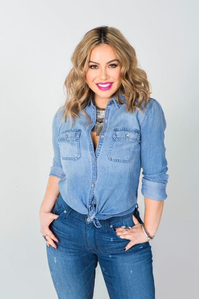 Outfits inspired by Chiquis Rivera to show off those curves with jeans and denim shirt