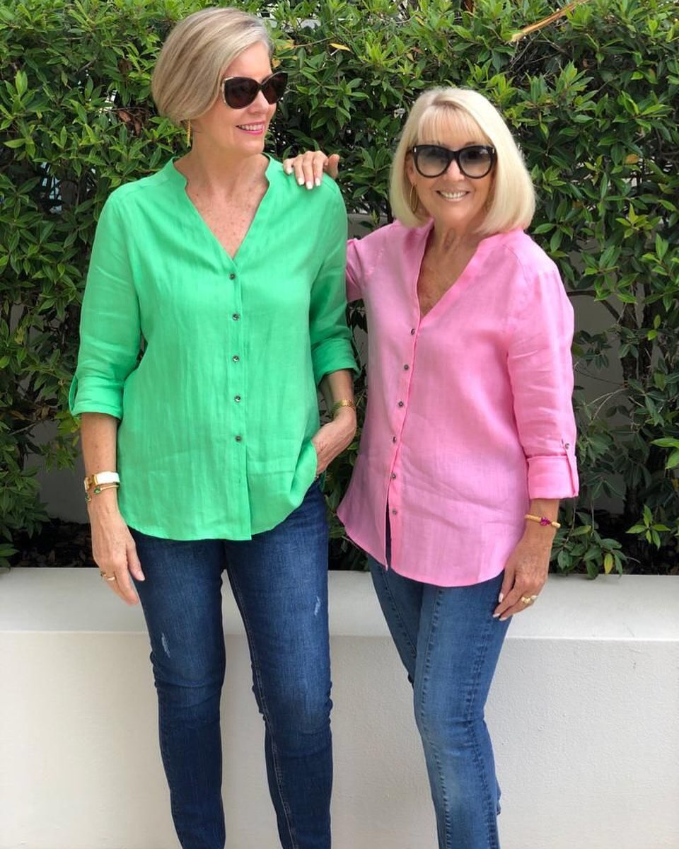 Outfit ideas with denim jeans for ladies 50 and over