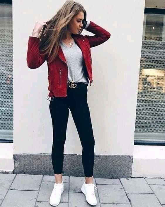 Look with a red jacket in a casual outfit
