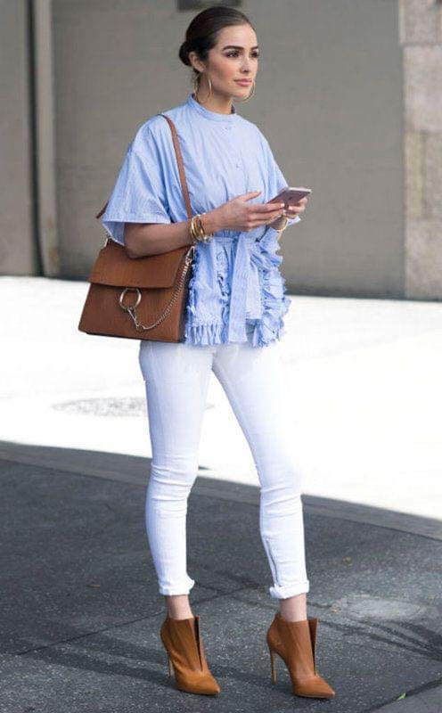 Outfit white and blue combination with frontal flounces if you are a woman of 40 years or more