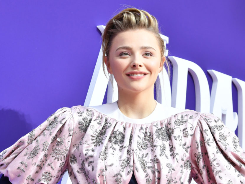 Actress Chloe Grace Moretz belongs to the palette of the summer season: they give it cold colors,