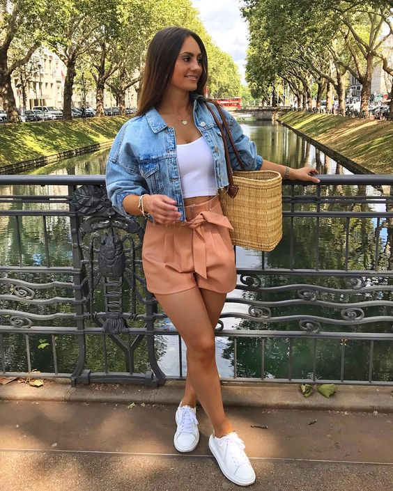 How to combine denim shorts with tennis if you are a mature woman