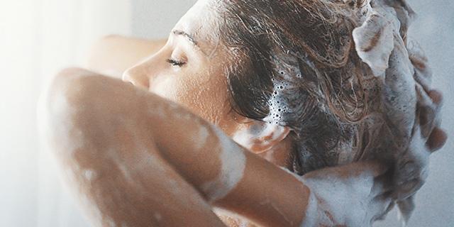 """Shampoo senza siliconi e altre """"schifezze"""": cosa guardare prima di acquistare"""