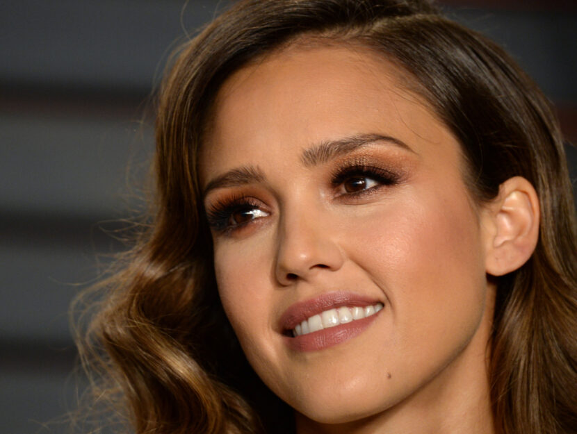 Jessica Alba is deep autumn and brightens up her look with a bronze eyeshadow shade